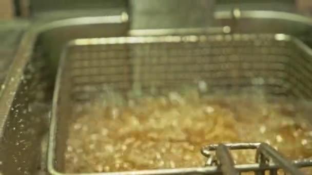 Freir las alitas de pollo en la freidora