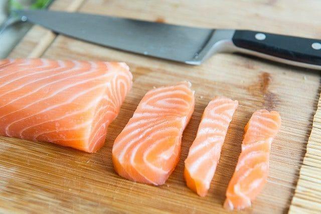 como-hacer-sushi-en-casa-cortar-salmon